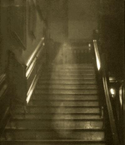 Ангел на лестнице Angel on a ladde Фото ангела или духа или призрака или ... .  Фотография была сделана в 1936 году.