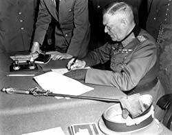 Вильгельм Кейтель подписывает Акт о безоговорочной капитуляции Германии
