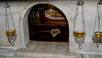 Мраморный престол над мощами свт. Николая в крипте